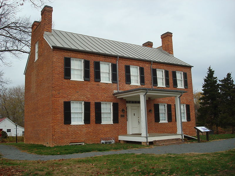 Outside view of Historic Blenheim house in Virginia (Aurbanski, WikiMedia Commons).